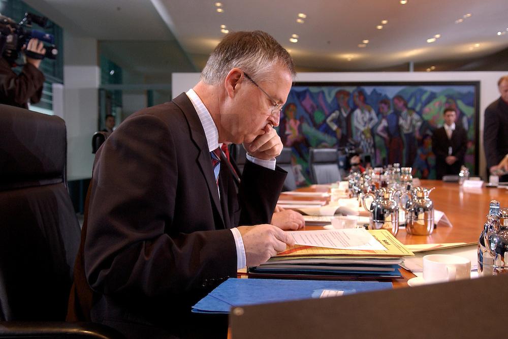 17 NOV 2004, BERLIN/GERMANY:<br /> Hans Eichel, SPD, Bundesfinanzminister, liest in seinen Akten, vor Beginn der Kabinettsitzung, Bundeskanzleramt<br /> IMAGE: 20041117-01-009<br /> KEYWORDS: Sitzung, Kabinett, Unterlagen, Akte, lesen