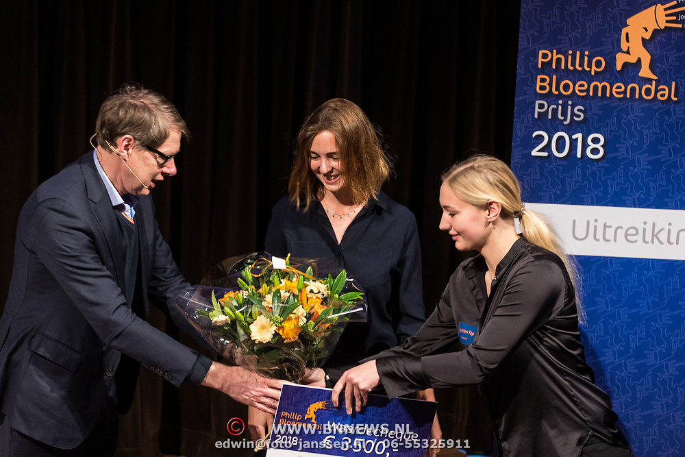 NLD/Hilversum/20181213 - Uitreiking Philip Bloemendal Prijs 2018, Wim Daniëls rijkt de prijs uit aan Saskia Houttuin