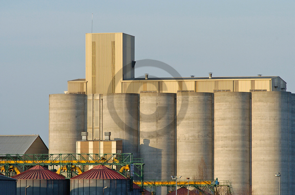 17/03/05 - ENNEZAT - PUY DE DOME - FRANCE - Silos de Clerlande - Photo Jerome CHABANNE