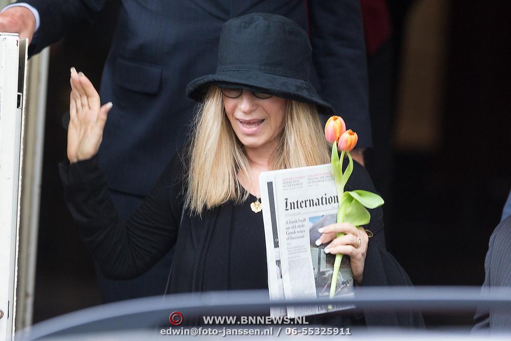 NLD/Amsterdam/20130612 - Barbra Streisand vertrekt uit Nederland na concertreeks,