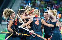 RIO DE JANEIRO -  Vreugde na een doelpunt tijdens de finale tussen de dames van Nederland en  Groot-Brittannie in het Olympic Hockey Center tijdens de Olympische Spelen in Rio.  links Maria Verschoor (Ned) .COPYRIGHT KOEN SUYK