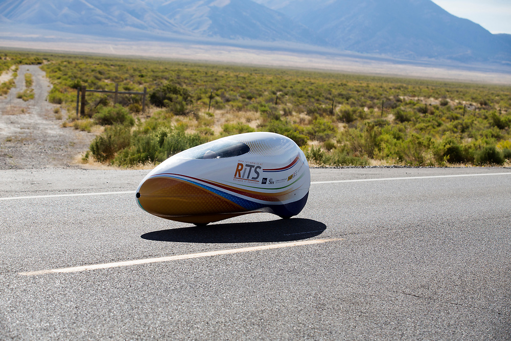 Ellen van Vugt tijdens de derde racedag. In Battle Mountain (Nevada) wordt ieder jaar de World Human Powered Speed Challenge gehouden. Tijdens deze wedstrijd wordt geprobeerd zo hard mogelijk te fietsen op pure menskracht. De deelnemers bestaan zowel uit teams van universiteiten als uit hobbyisten. Met de gestroomlijnde fietsen willen ze laten zien wat mogelijk is met menskracht.<br /> <br /> In Battle Mountain (Nevada) each year the World Human Powered Speed ??Challenge is held. During this race they try to ride on pure manpower as hard as possible.The participants consist of both teams from universities and from hobbyists. With the sleek bikes they want to show what is possible with human power.