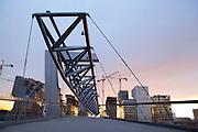 Akrobaten bro med Barcode i Bjørvika i bakgrunnen.