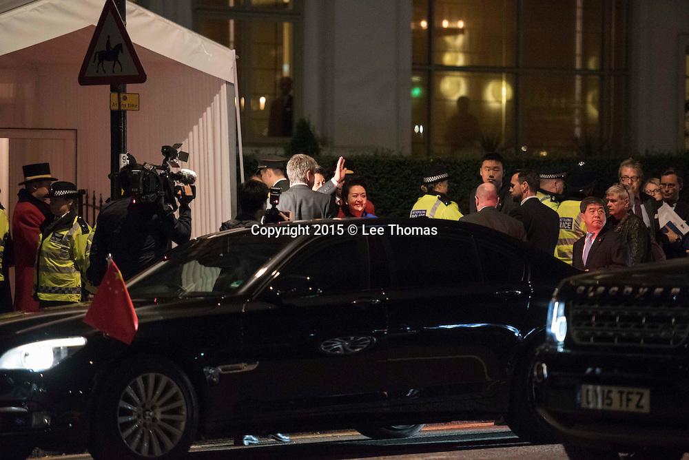 Mandarin Oriental Hyde Park, London, UK. 19th October, 2015. Chinese President Xi Jinping together with his wife Peng Liyuan arrive at the Mandarin Oriental hotel in Knightsbridge, west London, shortly after landing at Heathrow airport. The current President of China is making the first state visit to the UK this week, 10 years after the last official visit by a Chinese leader. A large contingent of pro Chinese supporters gathered outside the Manderin to welcome the president and his wife. Pictured: President Xi Jinping waves to supporters as he and his wife next to him enters the Manderin rear entrance. // Lee Thomas, Flat 47a Park East Building, Bow Quarter, London, E3 2UT. Tel. 07784142973. Email: leepthomas@gmail.com. www.leept.co.uk (0000635435)