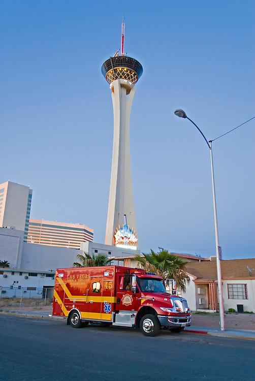 USA, Nevada, Las Vegas, 16.04.2007: - Ein Feuerwehrfahrzeug steht nach einer Uebung der lokalen Feuerwehr in der Naehe des Stratophere Towers, dem mit 1149 feet  - 350 Meter  - hoechsten Turm in Nevada und zweithoechsten der USA. Nach wie vor finden Uebungen aufgrund der Erfahrungen des 11. September in den USA statt. Aus Sicherheitsgruenden wurden die Personalien des Fotografen nach dieser Aufnahme festgestellt und notiert| USA, Nevada, Las Vegas, 2007.04.16. A fire fighting car infront of the Stratosphere the tallest building in Nevada with 1149 feet -350 meter