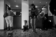 Alonso Barrios es un niño de 9 años que vive en el barrio 12 de Octuber del Tocuyito. El ha aprendido a suplir sus carencias y a confrontar el entorno con habilidad. Quise conocerlo para entenderme como ser humano. Con las manos alzamos en brazos al ser querido, tomamos los cubiertos para comer, saludamos y decimos adiós. Alonso nació sin brazos y aunque no podamos verlos existen sin ser vistos, como el amor. (Fotos/ivan gonzalez)