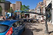 In Utrecht wordt met een zogenaamde Palfingerkraan een grote profielbalk in een bedrijfspand gebracht. Op de plek van de winkel zat eerder het kraakpand Ubica. De kraan is een door Palfinger ontworpen speciale autolaadkraan die compact kan worden opgevouwen en een groot bereik en hefvermogen heeft.<br /> <br /> In Utrecht a huge beam profile is hoisted in a shop with so called Palfinger crane. The crane is a special by Palfinger designed loader crane which can be folded compact for transportation and can handle a big load.
