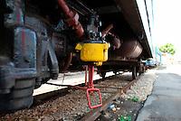 Le Ferrovie del Sud Est nascono in Puglia, nell'ottobre del 1931. A questà nuova società veniva dato in concessione l'insieme delle reti ferroviarie precedentemente gestite da diversi organismi (Società per le Ferrovie Salentine, Società per le Ferrovie Sussidiate, Ferrovie dello Stato)..Le aree pugliesi attraversate dalla società ferroviaria sono l'area barese, la fascia Taranto-Brindisi e l'area leccese-salentina, collegando fra loro i capoluoghi di Bari, Taranto e Lecce, nonché oltre 130 comuni delle province meridionali..Il reportage fotografico sulle Ferrovie Sud Est intende testimoniare l'evoluzione tecnologica che, durante gli anni, ha modificato e migliorato il servizio ferroviario e la convivenza del progresso con tracce del passato, attraverso un viaggio tra le stazioni e i depositi.