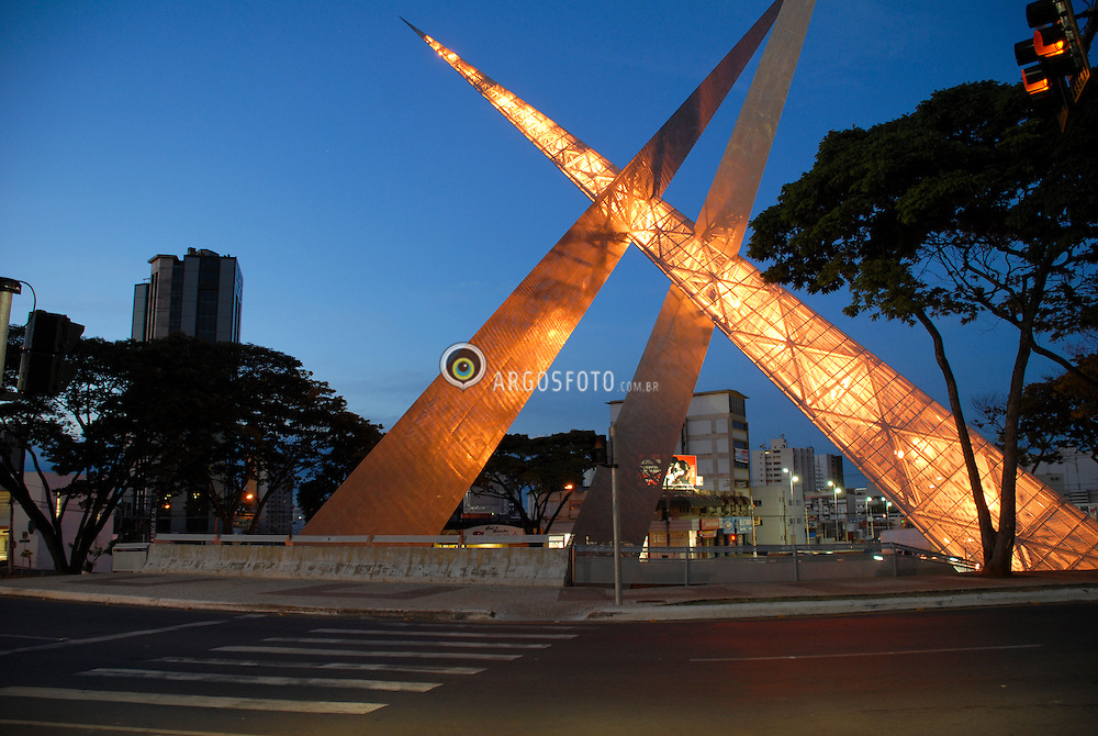 Tres prismas de 56 metros, com estrutura tubular de aco revestida por chapas metalicas perfuradas, apontando para diferentes direcoes, compoem o monumento da praca Latif Sebba, novo marco urbano de Goiania (GO). / Three prisms of 56 meters, with tubular steel frame covered with perforated metal sheets, pointing to different directions, make up the monument in the square Latif Sebba, new landmark city of Goiania (GO).