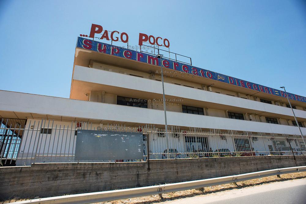 Locride, 03/07/2017: &quot;Pago Poco&quot; supermercato sulla strada per Chiaromonte<br /> &copy; Andrea Sabbadini