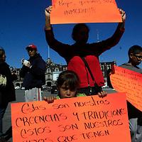Toluca, México.- Comerciantes de temporada se manifestaron frente a palacio municipal a pedir los dejen trabajar en la esquina de Venustiano Carranza y Solidaridad Las Torres. Agencia MVT / Crisanta Espinosa