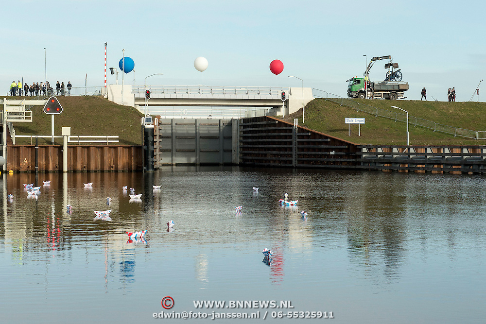 Koningin Maxima opent het Maximakanaal . Het Máximakanaal is een nieuwe vaarweg van negen kilometer ten oosten van 's-Hertogenbosch en loopt van de Maas naar de Zuid-Willemsvaart bij Den Dungen.<br /> <br /> Queen Maxima opens the MaximaChannel. The Maxima Channel is a new waterway nine kilometers east of 's-Hertogenbosch and runs from the Meuse to the South Willemsvaart in Den Dungen.