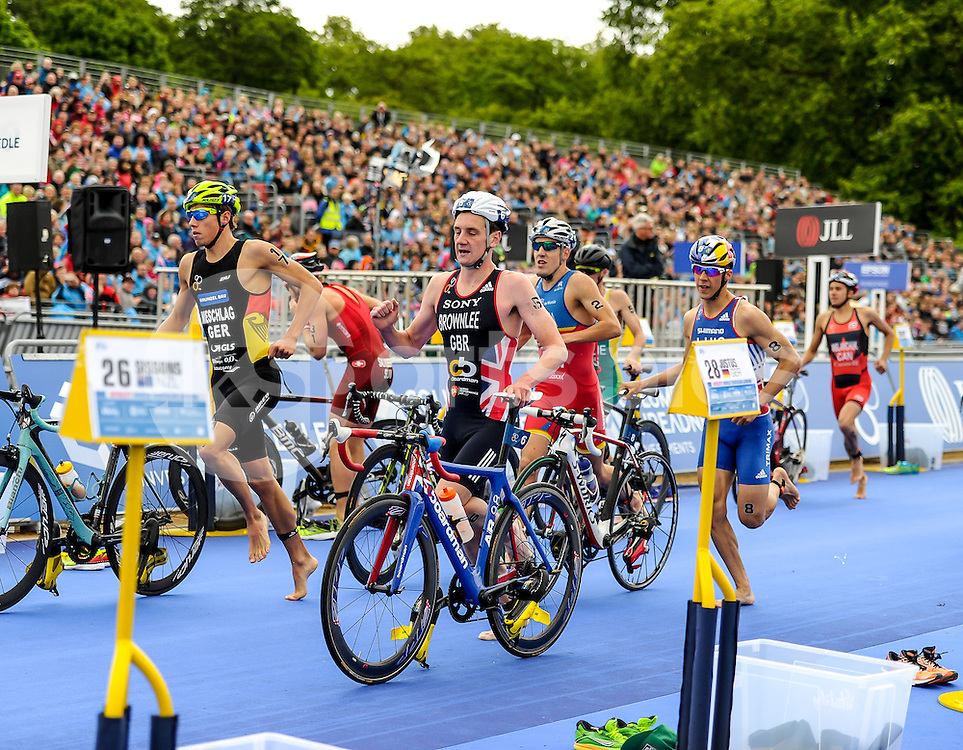 Mens athletes approach the crossover point during The ITU Vitality World Triathlon at Hyde Park, London, England on 31 May 2015. Photo by Salvio Calabrese.