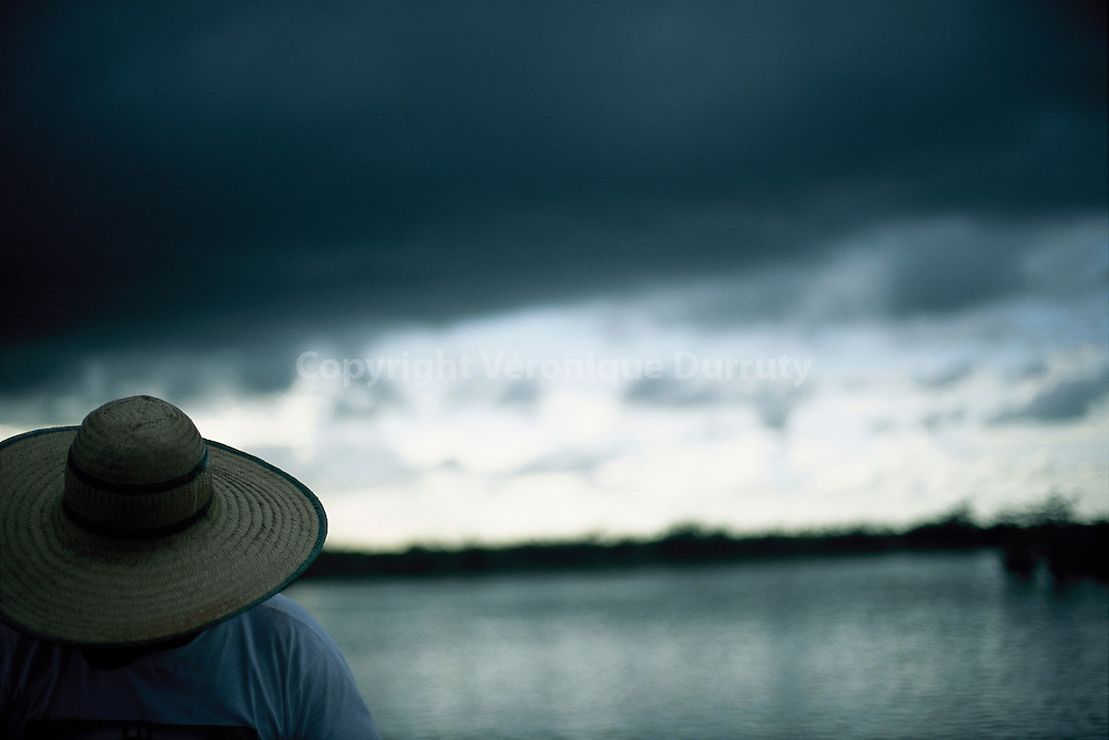 Juste avant l'orage. Pecheur de l'ile de Marajo, Amazonie atlantique, Bresil