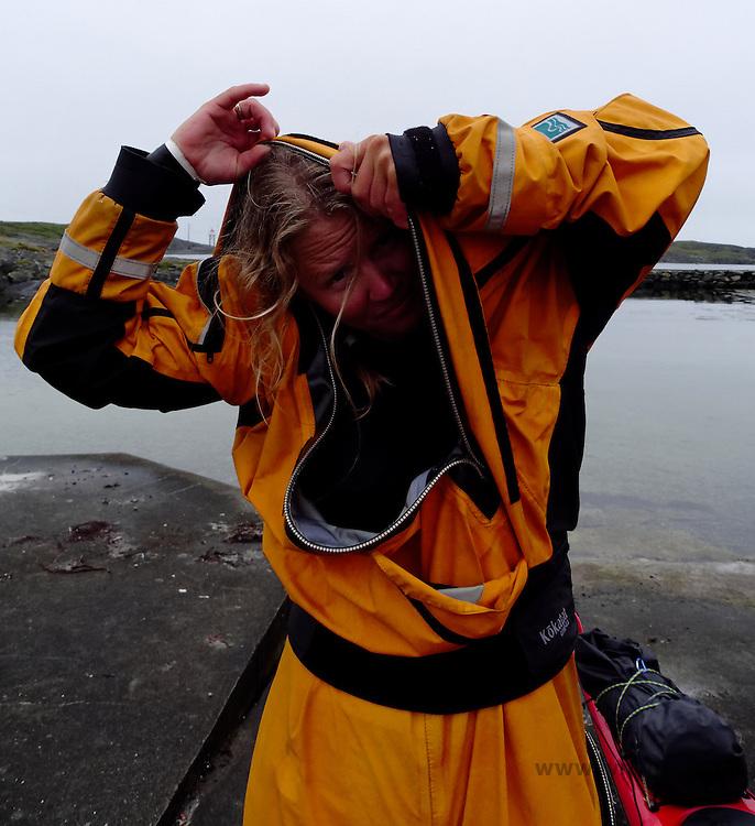 Putting on dry suit fro kayaking - kla på seg padledrakten, tørrdarkt