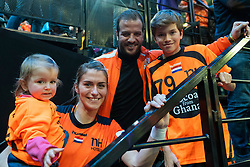 16-12-2018 FRA: Women European Handball Championships bronze medal match, Paris<br /> Romania - Netherlands 20-24, Netherlands takes the bronze medal / Estavana Polman #79 of Netherlands with Rafael, Damián en Jesslynn