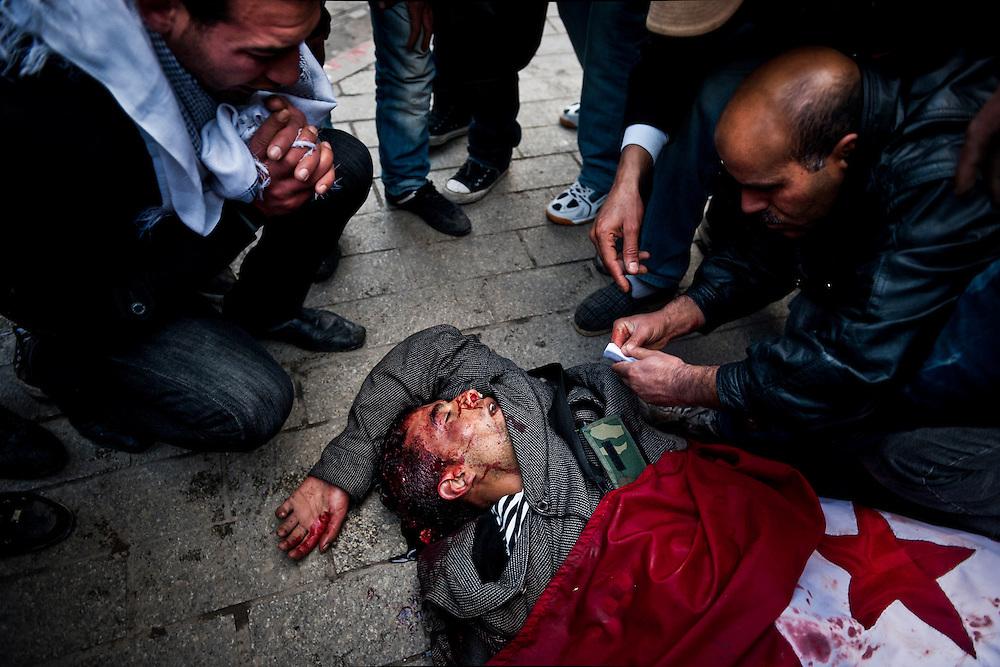 Un manifestant mort (prétendument par balle) avenue Habib Bourguiba. // Des affrontements entre la police et les manifestants ont éclaté dans le centre de Tunis, notamment avenue Habib Bourguiba, faisant (selon Associated Press) 3 morts (prétendument par balle) et 12 blessés parmi les manifestants, Tunis le 26 février 2011.