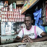 """22/07/2014. Conakry. Guinée Conakry.  Le jeûne pendant le Ramadan n'empêche pas les habitués  à se réunir tous les jours au café """"Le Pentagone"""". ©Sylvain Cherkaoui/Cosmos pour M le magazine du Monde"""