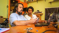 PORTO ALEGRE, RS, BRASIL, 21-01-2017, 12h19'57&quot;:  Desiree dos Santos, 32, discute um projeto com o Artista 3D Joel Grigolo, 46, no espa&ccedil;o Matehackers Hackerspace, da Associa&ccedil;&atilde;o Cultural Vila Flores, no bairro Floresta da capital ga&uacute;cha. A  Consultora de Desenvolvimento de Software na empresa ThoughtWorks fala sobre as dificuldades enfrentadas por mulheres negras no mercado de trabalho.<br /> (Foto: Gustavo Roth / Ag&ecirc;ncia Preview) &copy; 21JAN17 Ag&ecirc;ncia Preview - Banco de Imagens