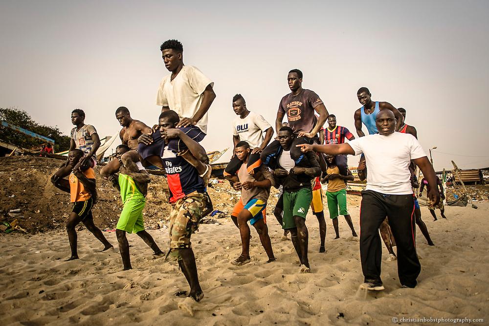 Boy kaire (rechts) hat einst in den grossen Arenen von Senegal gekämpft. Danach war Verbandspräsident des senegalesischen Ringer Verbandes, heute betreibt er eine Wrestling Schule am Strand der Corniche von Dakar.