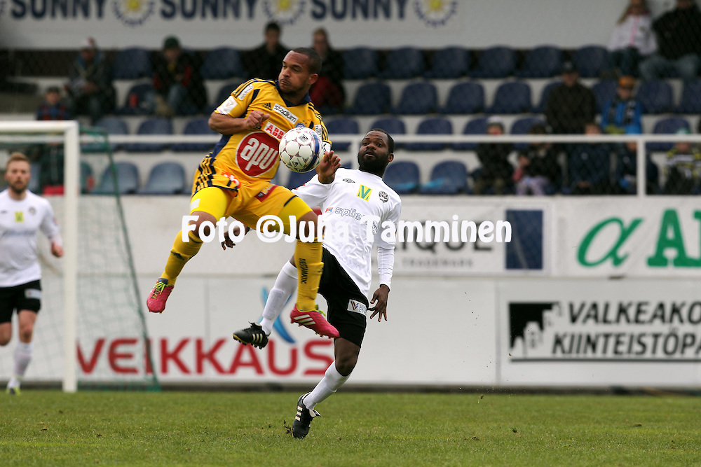 30.4.2014, Tehtaan kentt&auml;, Valkeakoski.<br /> Suomen Cup 2014, puoliv&auml;lier&auml;.<br /> FC Haka - Helsingin Jalkapalloklubi.<br /> Nikola Alho (HJK) v Venance Zeze (Haka).