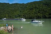 Badende am Ufer, Donau zwischen Obermühl und Schlögen, Oberösterreich, Österreich | Danube between Obermuehl and Schloegen, Austria