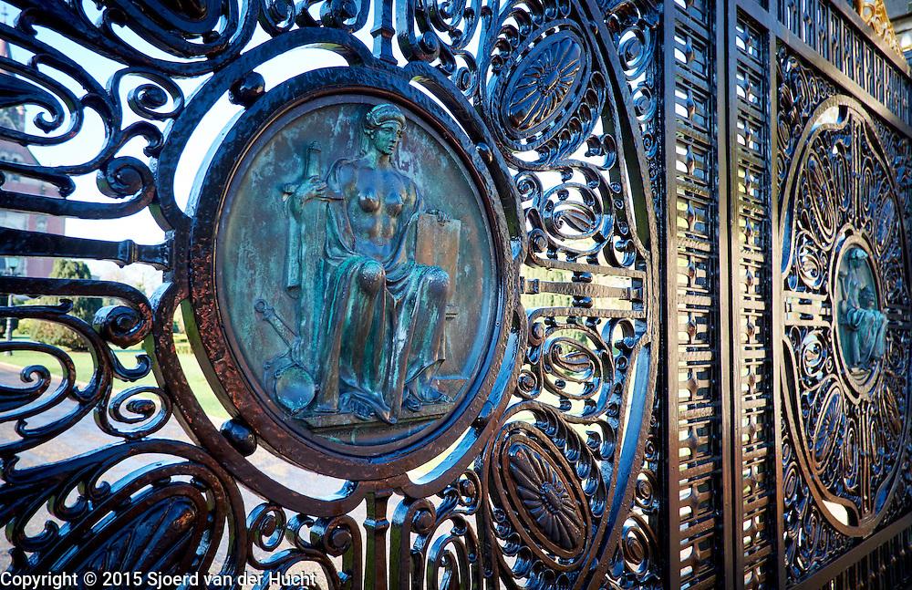 Hek van het Vredespaleis, Den Haag. Het hek was een geschenk van Duitsland  - Peace Palace, The Hague. The gate was a gift from Germany