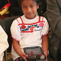 """Temoaya, Mexico.- Ninos indigenas Otomies reciben tabletas electronicas como parte del programa """"acciones por la educacion"""" del gobierno del Estado de Mexico. Agencia MVT / Jose Hernandez."""