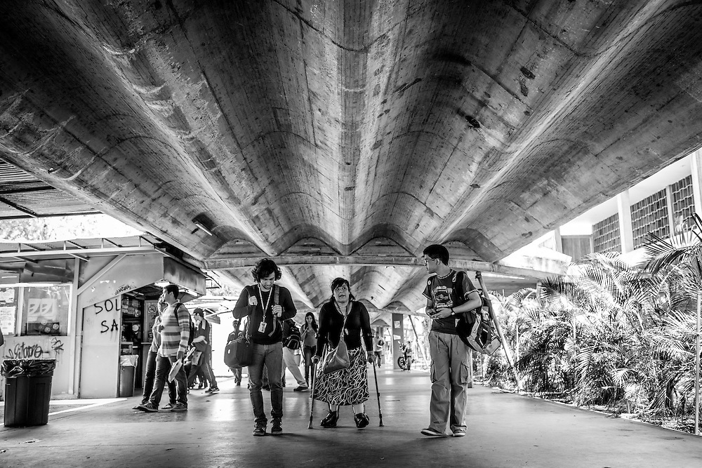 La psicólogo clínico, Carolina Mora (c) camina junto a dos estudiantes en la Facultad de Humanidades de la Universidad Central de Venezuela (UCV). Caracas, 13 de junio de 2014. (Foto/Ivan Gonzalez)