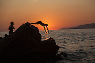 young people and children diving in the mediterranean sea at sunset, capo lauroso corsica  /  jeunes et enfants plongeant dans la mer mediterrannee au coucher du soleil, capo lauroso, propriano, Corse