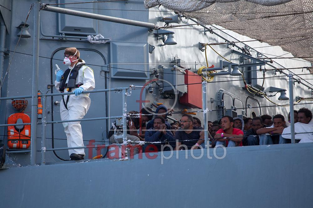 """REFUGIADOS CHEGAM À ITÁLIA – PALERMO - 20/09/2015 - Refugiados chegam ao porto de Palermo, na Itália, no domingo (20), a bordo da fragata alemã """"Schleswig-Holstein"""". Estima-se que mais 767 refugiados chegaram com a embarcação alemã, a maioria vindo do Sudão, Eritréia, Somália e Síria. Foto: CityPress24/Frame"""