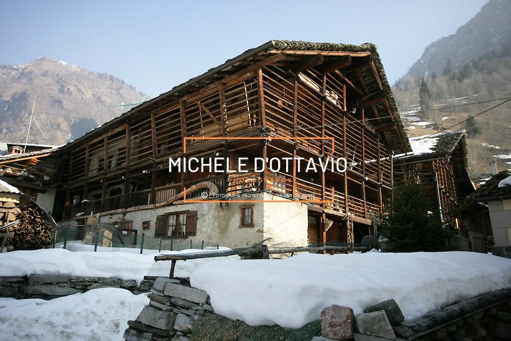 """Alagna Valsesia è un comune di 426 abitanti dell'alta Valsesia, in provincia di Vercelli, situato ai piedi del Monte Rosa. Le """"vecchie"""" costruzioni di Alagna denotano una significativa impronta Walser."""