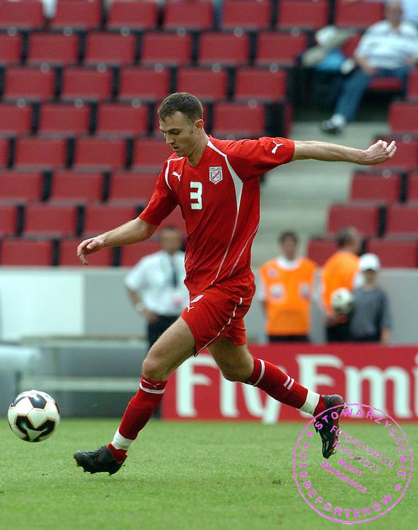 n/z.: Karim Essediri (nr3-Tunezja) podczas meczu Pucharu Konfederacji Niemcy 2005 Argentyna (biale-niebieskie) - Tunezja (czerwone) 2:1 , reprezentacja , sezon 2004/2005 , pilka nozna , Niemcy , Kolonia , 15-06-2005 , fot.: Adam Nurkiewicz / mediasport..Karim Essediri (nr3-Tunisia) controls the ball during Confederation Cup soccer match in Cologne. June 15, 2005 ; Argentina (white-blue) - Tunisia (red) 2:1 , season 2004/2005 , Germany , Cologne ( Photo by Adam Nurkiewicz / mediasport )