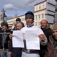 Operai licenziati portano lettera  al Quirinale