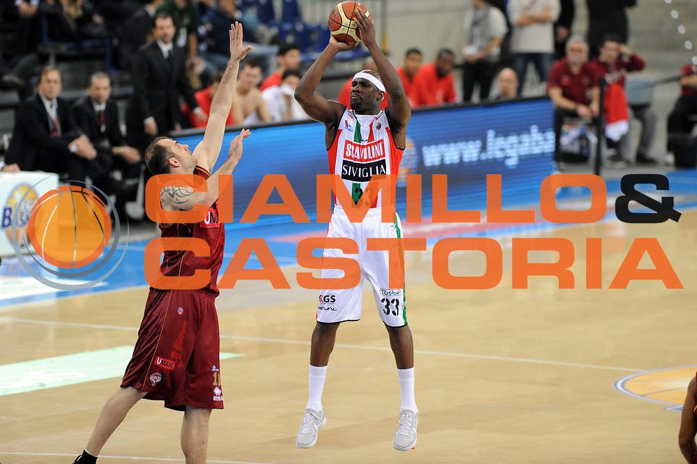DESCRIZIONE : Torino Coppa Italia Final Eight 2012 Quarto di Finale Scavolini Siviglia Pesaro Reyer Venezia<br /> GIOCATORE : Jumaine Jones<br /> SQUADRA :  Scavolini Siviglia Pesaro<br /> EVENTO : Suisse Gas Basket Coppa Italia Final Eight 2012<br /> GARA : Scavolini Siviglia Pesaro Reyer Venezia<br /> DATA : 17/02/2012<br /> CATEGORIA : tiro<br /> SPORT : Pallacanestro<br /> AUTORE : Agenzia Ciamillo-Castoria/GiulioCiamillo<br /> Galleria : Final Eight Coppa Italia 2012<br /> Fotonotizia : Torino Coppa Italia Final Eight 2012 Quarto di Finale Scavolini Siviglia Pesaro Reyer Venezia<br /> Predefinita :