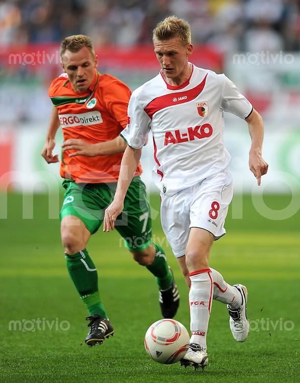 2. Fussball Bundesliga:  Saison  2010/2011    29. Spieltag  FC Augsburg - SpVgg Greuther Fuerth      08.04.2011 Bernd Nehrig (li, Greuther Fuerth) gegen Axel Bellinghausen (re, FC Augsburg)
