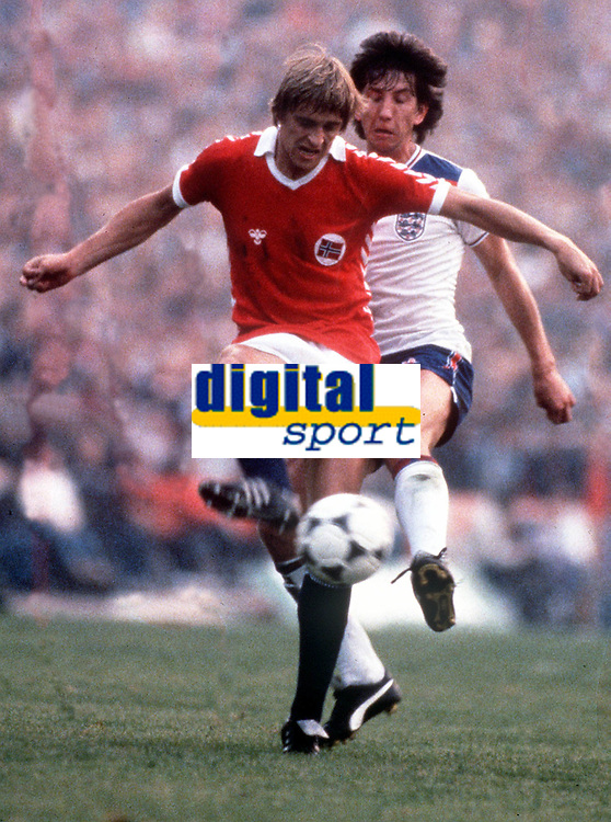 Einer Ass (Norway) and Paul Mariner (England). Norway v England, 09/09/81. Credit: Colorsport.