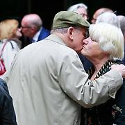 NLD/Amsterdam/20110729 - Uitvaart actrice Ina van Faassen, John Lanting begroet Nelly Frijda
