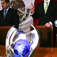 Toluca,  México.- El piloto Benito Guerra, Campeón Mundial de Rally, recibió un reconocimiento por su esfuerzo y dedicación en este deporte por parte de diputados de la Legislatura local.  Agencia MVT / José Hernández