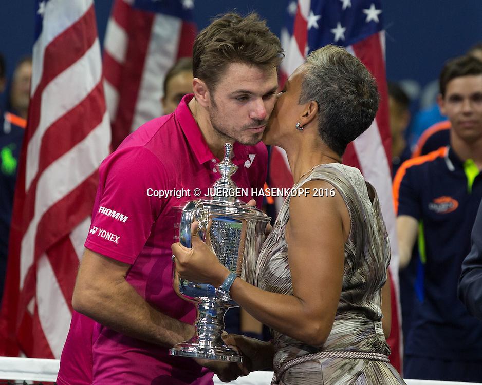 USTA Praesidentin Katrina Adams ueberreicht STAN WAWRINKA (SUI)  den Pokal, Siegerehrung<br /> <br /> Tennis - US Open 2016 - Grand Slam ITF / ATP / WTA -  USTA Billie Jean King National Tennis Center - New York - New York - USA  - 11 September 2016.