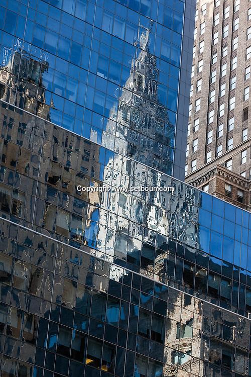 New York, Chrysler building reflexion on a mirror tower/ New York, le Chrysler building rellet sur une tour miroir.