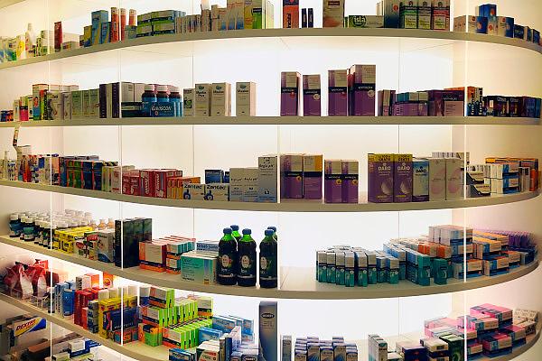 Nederland, Nijmegen, 25-11-2010Geneesmiddelen, medicijnen in een apotheek. Schappen met lichte pijnstillers en middeltjes tegen griep en verkoudheid.Foto: Flip Franssen