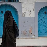 Bizerte, 60 km da Tunisi,  donna indossa l'higab integrale.