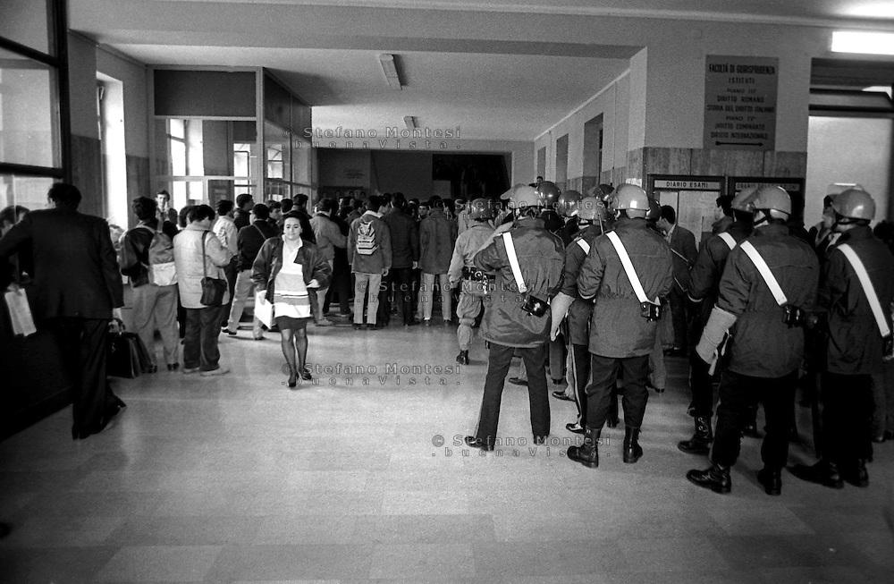 Roma Marzo 1989.Le forze dell' Ordine entrano all'Università La Sapienza dentro la  Facolta di  Giurisprudenza.Rome March 1989.The Police enter to La Sapienza University in the Faculty of Law