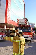 Mannheim. 12.06.17 | Freiwillige Feuerwehr übt <br /> Neckarau. Freiwillige Feuerwehr übt Rettungseinsatz in verwinkelten Gebäuden. Dazu hat das Lager Prime Selfstorage das Gebäude zur Verfügung gestellt. Übung der Freiwilligen Feierwehr <br /> <br /> <br /> BILD- ID 1061 |<br /> Bild: Markus Prosswitz 12JUN17 / masterpress (Bild ist honorarpflichtig - No Model Release!)