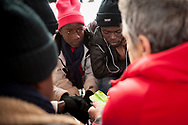 A group of volunteers has created a host network to serve migrants and inform about the public services they are entitled to and the ways to cross the border. This group of volunteers is avoiding a serious humanitarian problem Irun, the Basque municipality on the border with Hendaye. As the number of migrants arriving on the coasts of southern Spain incresead, more and more migrants are heading north to the border city of Irun. French authorities have reacted by conducting random checks as far as the city of Bordeaux, more than 200 kilometers north of the border. Migrants who are caught are then deported back to Irun. (Gari Garaialde / Bostok Photo).
