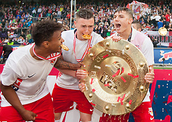 24.05.2015, Red Bull Arena, Salzburg, AUT, 1. FBL, FC Red Bull Salzburg vs RZ Pellets WAC, 35. Runde, im Bild v.l.: Valentino Lazaro (FC Red Bull Salzburg, #37), Nils Quaschner (FC Red Bull Salzburg, #42), Marcel Sabitzer (FC Red Bull Salzburg, #07) mit dem Meisterteller der Österreichischen Bundesliga und Bierdusche // during Austrian Football Bundesliga 35th round Match between FC Red Bull Salzburg and RZ Pellets WAC at the Red Bull Arena, Salzburg, Austria on 2015/05/24. EXPA Pictures © 2015, PhotoCredit: EXPA/ JFK