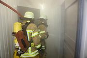 Mannheim. 12.06.17 | Freiwillige Feuerwehr übt <br /> Neckarau. Freiwillige Feuerwehr übt Rettungseinsatz in verwinkelten Gebäuden. Dazu hat das Lager Prime Selfstorage das Gebäude zur Verfügung gestellt. Übung der Freiwilligen Feierwehr <br /> <br /> <br /> BILD- ID 1092 |<br /> Bild: Markus Prosswitz 12JUN17 / masterpress (Bild ist honorarpflichtig - No Model Release!)