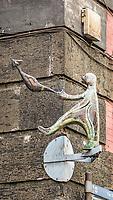 Via Toledo<br /> <br /> Naples fut d'abord fondee au cours du viie&nbsp;siecle avant notre ere sous le nom de Parthenope par la colonie grecque de Cumes. <br /> Ce premier etablissement fut appele Palaiopolis (la ville ancienne). <br /> Lorsqu'une seconde ville fut fondee vers 500 avant notre ere par de nouveaux colons, cette nouvelle fondation fut appelee Neapolis (nouvelle ville).<br /> Alliee de Rome au ive&nbsp;siecle av.&nbsp;J.-C., la ville conserve longtemps sa culture grecque et restera la ville la plus peuplee de la botte italique et sans aucun doute sa veritable capitale culturelle.<br /> Elle rempla&ccedil;a Capoue comme capitale de la Campanie apres la bataille de Zama, a la suite de la confiscation de citoyennete et des territoires de cette derniere, par son alliance avec Hannibal avant la bataille de Cannes.<br /> Naples possede ainsi l'une des plus grandes concentrations au monde de ressources culturelles et de monuments historiques, jalonnant 2800 ans d'histoire. <br /> Dans le centre historique, inscrit sur la liste du patrimoine mondial de l'Unesco, se rencontrent notamment 448 eglises historiques ainsi que d'innombrables palais historiques, fontaines, vestiges antiques, villas, residences royales.