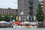 Vanaf de Groene Draeck heeft zondag Prins Willem-Alexander de traditionele vlootschouw afgenomen op het IJ. Zo'n honderd schepen kwamen langs de zeilboot waar ook Koningin Beatrix en prinses Maxiama aan boord waren. Daarna vaarde de prins met de Groene Draeck tussen de bootjes door.